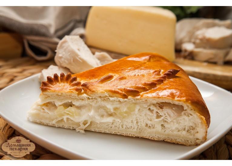 Пирог с курицей картофелем и сыром