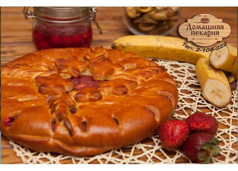 Пирог с клубникой и бананом